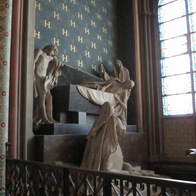 Resurrection shown in tbe statues of a Notre-Dame alcove