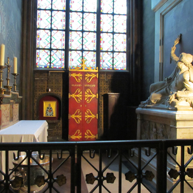 An altar and statue in a Notre-Dame alcove